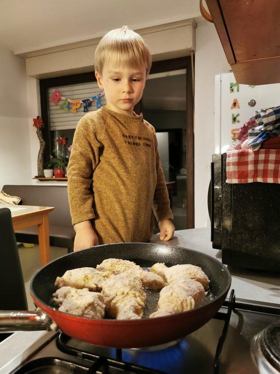Štiriletni Maks se navdušuje nad kuhanjem.