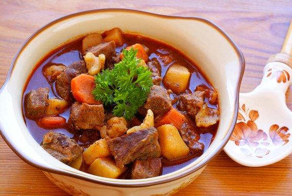 V pravem madžarskem gulyásu so tudi krompir, zelena paprika, feferoni in prekajena slanina.