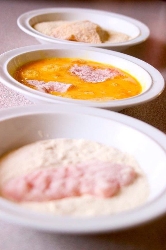 Zrezke najprej povaljamo v moki, nato jih pomočimo v razžvrkljana jajca, na koncu pa povaljamo še v drobtinah.
