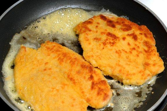 Zrezke cvremo v vroči maščobi, da ostane meso sočno, drobtine pa se hrustljavo zapečejo.