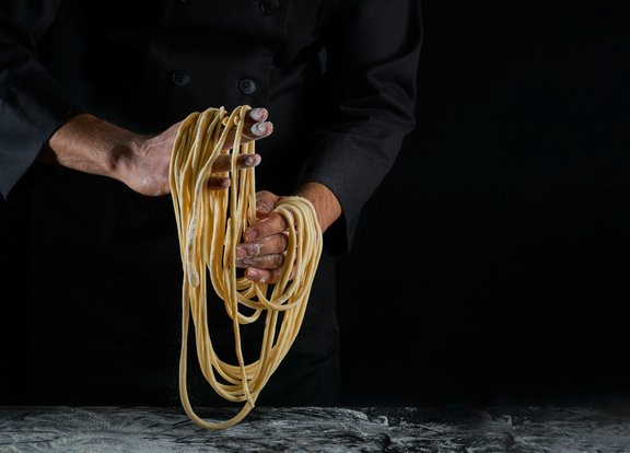 Ramen rezanci so narejeni tako, da se testo vleče in razteguje.