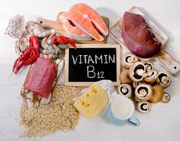 Vitamin B12 se v večini nahaja v živilih živalskega izvora, zato je za vegane najbolj učinkovito uživanje tega vitamina v obliki prehranskega dopolnila.
