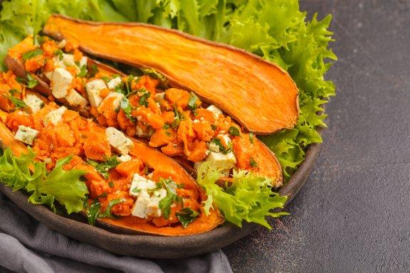 Sladki krompir lahko kombinirate s tofujem, semeni in zelenjavo. Za popestritev lahko dodate tudi sveža zelišča.