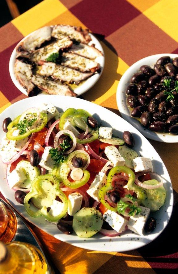Za grško kulinariko so značilne različne tople in hladne predjedi, ki jim pravijo mezedes. Običajno jih postrežejo z vinom ali ouzom.