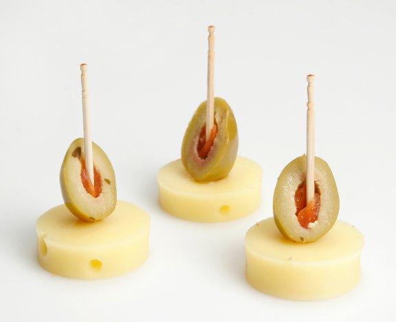 Za pripravo nabodal s sirom in olivami ne potrebujete veliko časa in sestavin.