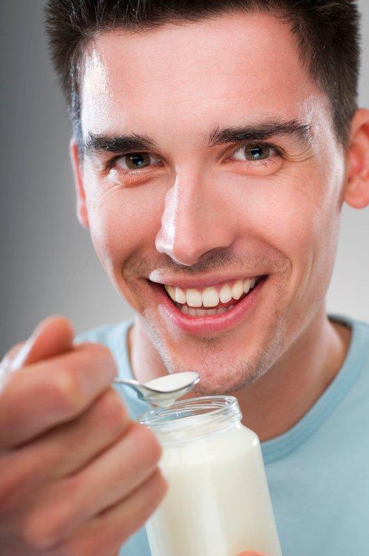 Moški, v svojo prehrano vsekakor vključite uživanje jogurta, pa čeprav le dvakrat na teden.