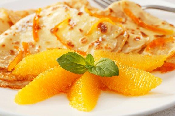 Crêpe Suzette so tanke palačinke, prelite s pomarančno omako. Tik preden jih postrežemo, jih flambiramo.