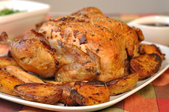 Najpogosteje piščanca ponudimo skupaj s krompirjem, ki ga lahko pečemo tudi skupaj s piščancem.