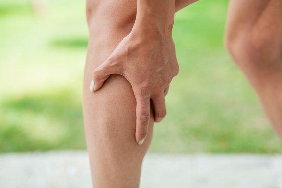 Arterioskleroza je bolezen, pri kateri prihaja do otrdelosti sten arterij, kar lahko prav tako prepreči dotok krvi v noge. Ko se to zgodi, pacient pogosto občuti bolečine v mečih.