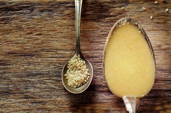 Ne pozabite na sezam in tahini (sezamovo kremo). Tega lahko uporabite pri pripravi humusa, odličnega namaza za vegetarijance in vegane.