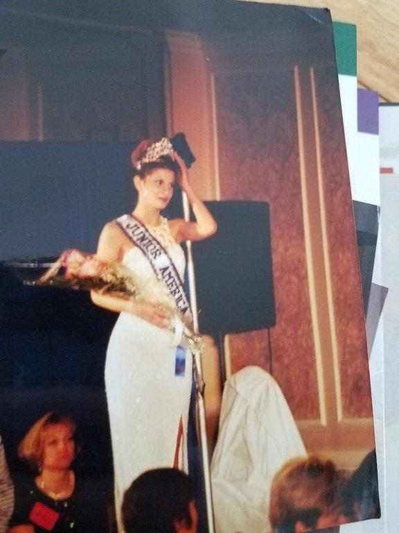 ''Želela sem si biti sprejeta. Šla sem na tekmovanje in celo zmagala. Zanimivo je, kako se stvari obrnejo. A zaradi tekmovanja se nisem počutila veliko boljše. Še vedno sem bila 'dekle z veliko nogo', le z naslovom Miss Jounior America (Missouri) in tiaro.''