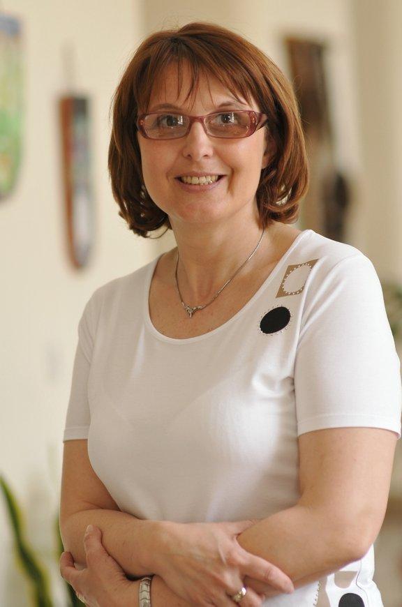 Irena Rahne - Otorepec, specialistka psihiatrije, ki se ukvarja z zdravljenjem težav na področju spolnosti, partnerskih problemov ter težavami na področju rabe, zlorabe in odvisnosti od legalnih drog – alkohola in psihotropnih zdravil.