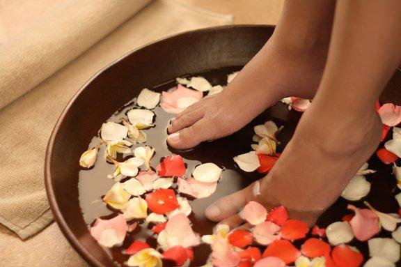 Preden se lotite odstranjevanja, stopala za približno deset minut potopite v toplo kopel.