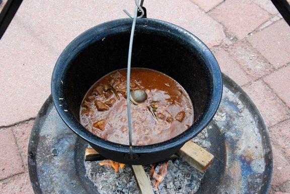 Najboljši golaž pripravimo v kotličku nad ognjiščem.