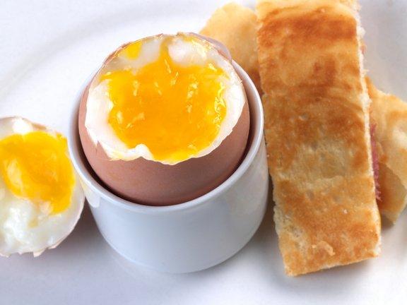 Odlična ideja za hitro pripravljen zajtrk: mehko kuhana jajca s popečenim toastom.