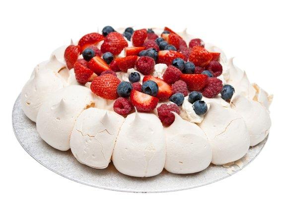 Torta Pavlova je že na prvi pogled zelo očarljiva sladica. Osnova torte je pečen beljakov sneg, ki ga pred serviranjem obložimo s stepeno smetano in svežim sadjem.