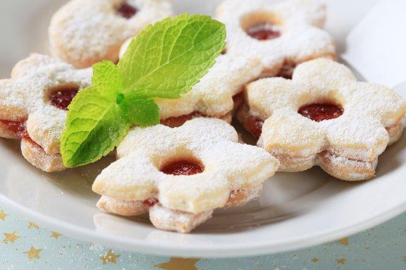 Piškote z marmeladnimi nadevi in čokoladnimi oblivi pečemo okoli tretje adventne nedelje.