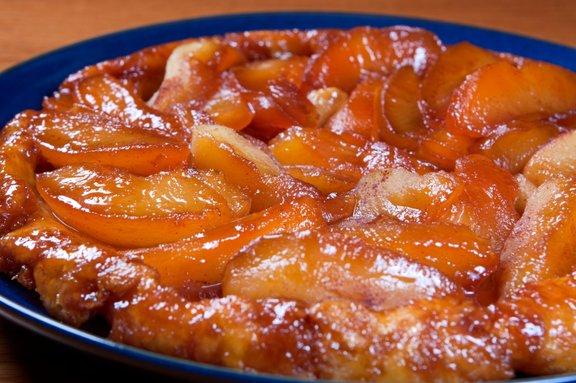 V piti Tatin se prepletajo okusi pečenih jabolk, karamele in krhkega testa.