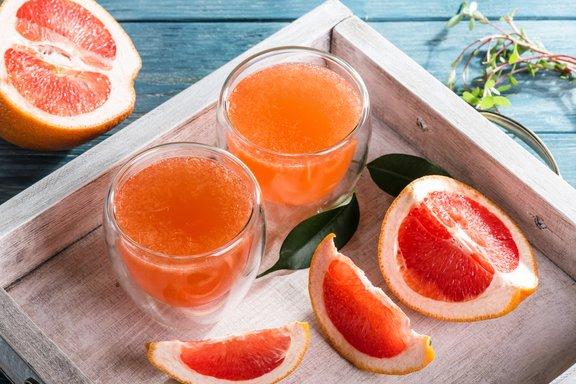 V ajurvedski metodi se uporabljajo limone in z njimi je učinek približno enak, le okus je bolj zoprn; če ni rdečih, lahko uporabite tudi rumene grenivke.