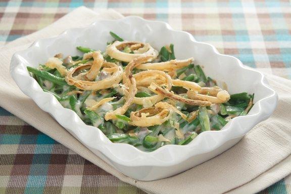 Casserole iz stročjega fižola je odlična poletna jed, ki skorajda ne potrebuje priloge. Dovolj bo že kos domačega kruha in velika skleda solate.