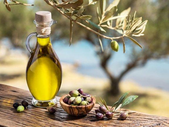 Olivno olje vsebuje veliko antioksidantov, ki znižujejo slab LDL holesterol v krvi, hkrati pa na HDL - dobri holesterol - ne vplivajo.