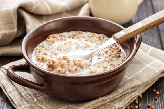 Primerna večerja je tudi ajdova kaša z mlekom. Semen in oreščkov raje ne dodajajte.