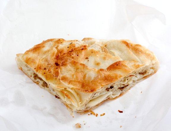 Burek je ena izmed najbolj priljubljenih uličnih jedi.