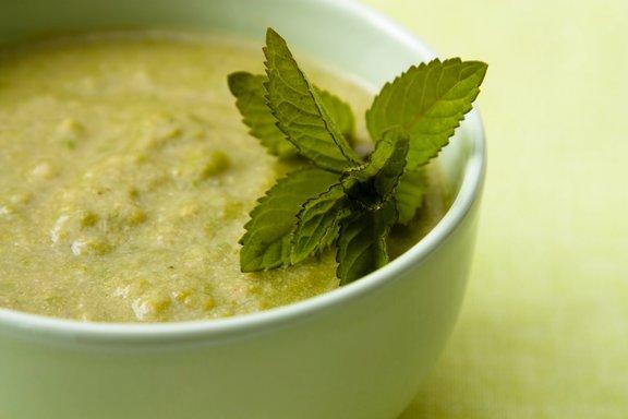 Nutricistka Mojca Cepuš se v zadnjem času navdušuje nad juho iz graha in mete.