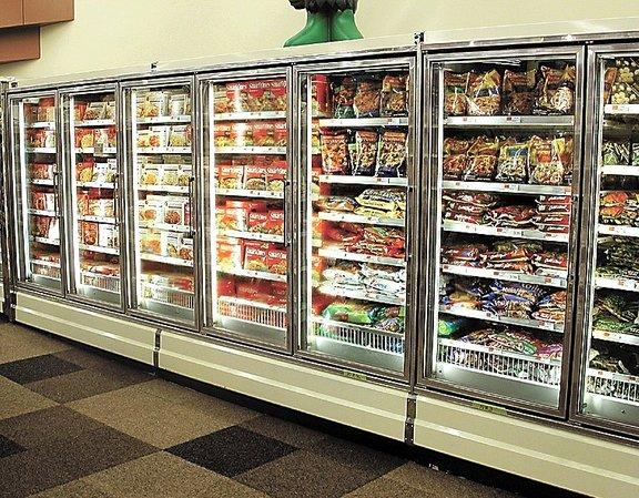 Dandanes imamo v trgovinah zelo pestro izbiro zamrznjenih živil. Poleg surovih živil (zelenjava, meso, ribe) so na voljo tudi števile na pol pripravljene jedi (pice, lazanje, kaneloni....).