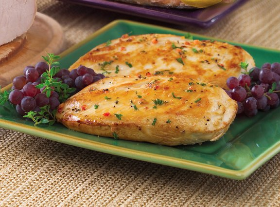 Pusto piščančje meso se z dodatkom zelišč in zelenjave hitro spremeni v okusno večerjo.