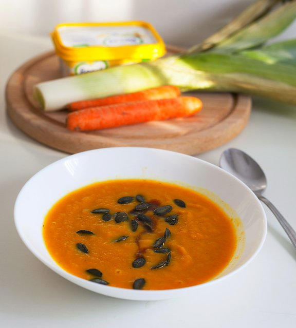 Prehranska strokovnjakinja za večerjo priporoča zelenjavno juho. Po vrhu potresite še nekaj bučnih semen.