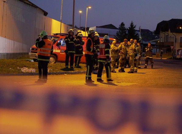 Požar v sortirnici odpadkov omejili, poškodovana dva gasilca