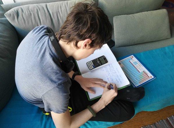 MIZŠ: Učitelji naj znanje preverjajo, a vsaj v aprilu naj še ne dajejo ocen