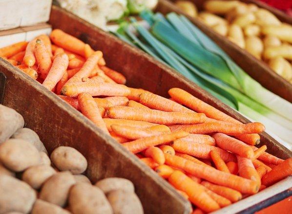 Cena hrane vse višje, slovenskim kmetom pa pridelki ostajajo v kleteh