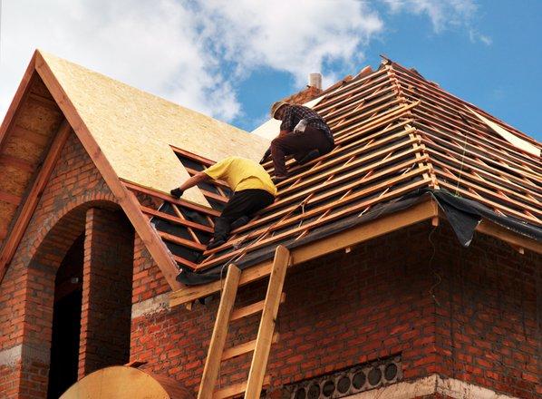 1000 evrov kazni zaradi pomoči prijatelju pri prekrivanju strehe