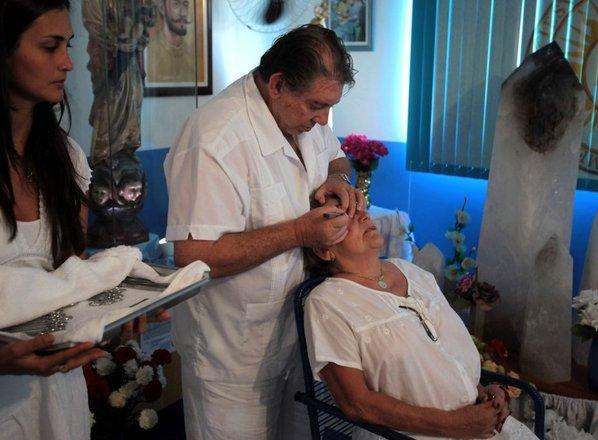 Zdravilec naj bi med 'duhovnimi operacijami' spolno zlorabil več kot 300 žensk