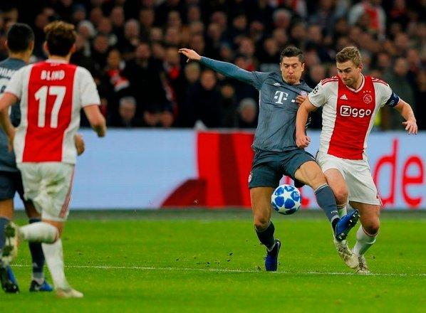 Nogometna drama v Amsterdamu: Preobrati, dva rdeča kartona in dve enajstmetrovki