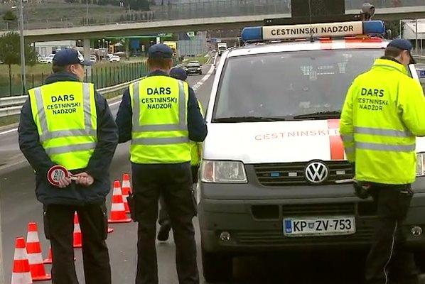 Kršitelj ukazal ženi in otrokom, da se uležejo pred Darsovo vozilo