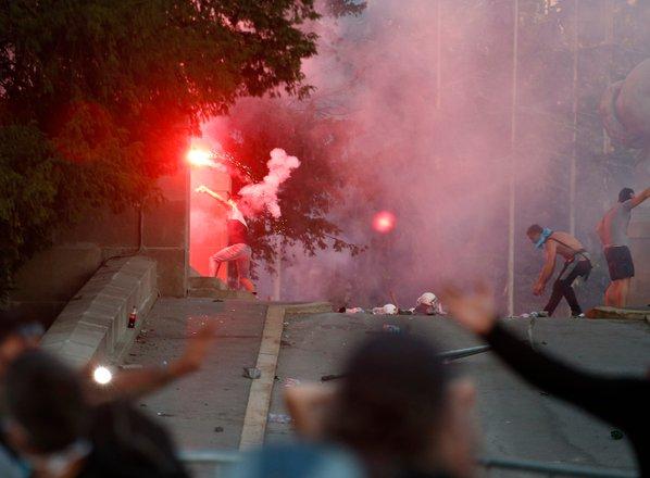 Protestniki nad policijo z baklami in kamni, ta odgovorila s solzivcem