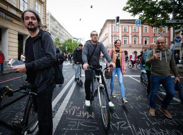Med kolesarji tudi Gale, proti parlamentu odvrgli papirnate aviončke
