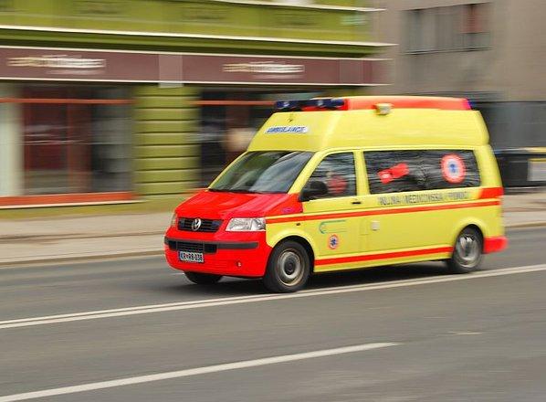 Pijan voznik trčil v par, ki je hodil ob cesti. 59-letnica je umrla