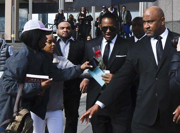 Rdeča vrtnica za R.Kellyja, medtem ko prosi za potovanje v Dubaj