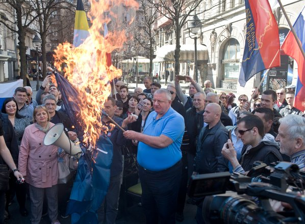 Šešelj sredi Beograda zažgal zastavi EU in zveze Nato