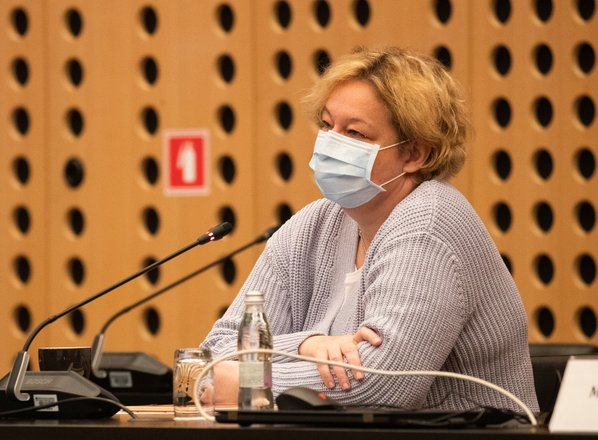 V petek 1005 novih okužb, Logarjeva: Vladi smo predlagali širitev pogoja PC