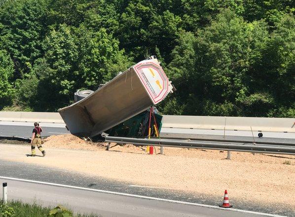 Avtocesta pri Kranju zaprta v obe smeri: prevrnilo se je tovorno vozilo