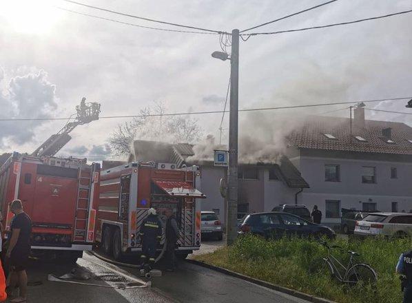 Požar v večstanovanjski stavbi v Bizoviku, dve osebi ponesrečeni