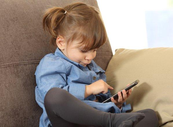 'Posledice pretirane uporabe zaslonov opažamo že pri dojenčkih in malčkih'