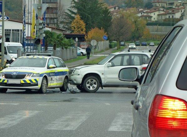 70-letnik trčil v policijsko vozilo, ki je na nujni vožnji prevozilo rdečo luč