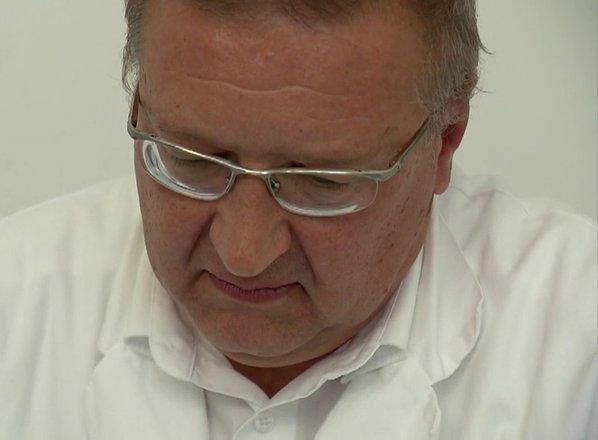 Zdravnik, ki naj bi spolno nadlegoval mladoletnico, še vedno v službi
