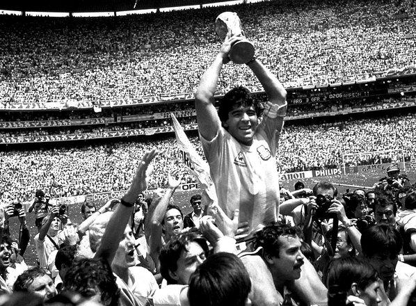 Umrl je Diego Armando Maradona